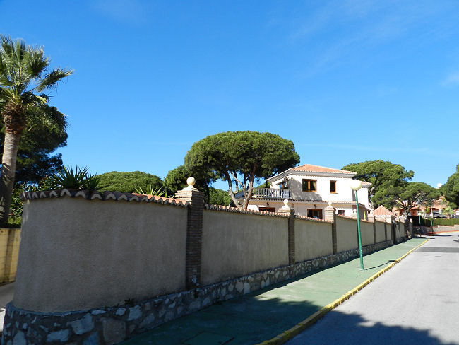 A Fully Modernized detached villa situated in a mature private plot of 1.100m2, comprising of 5 bedr, Spain