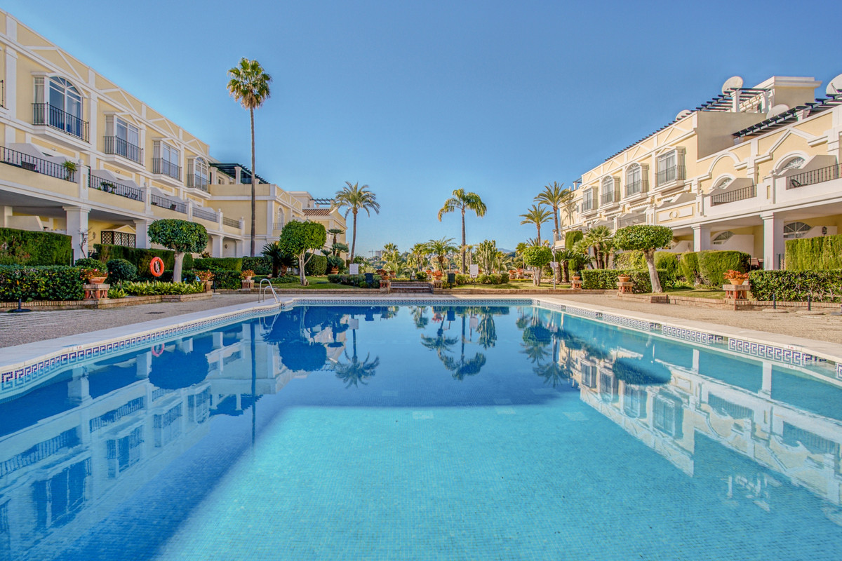 Beautiful 2 bedroom penthouse in the popular Aloha Gardens community.  This apartment was renovated ,Spain