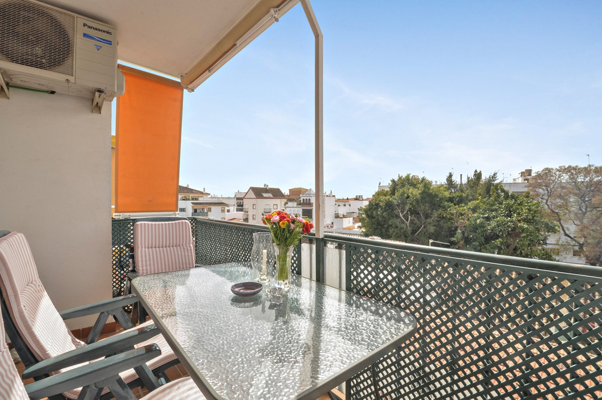 Set within a gated community close to the Boulevard in San Pedro, this third floor apartment is perf, Spain