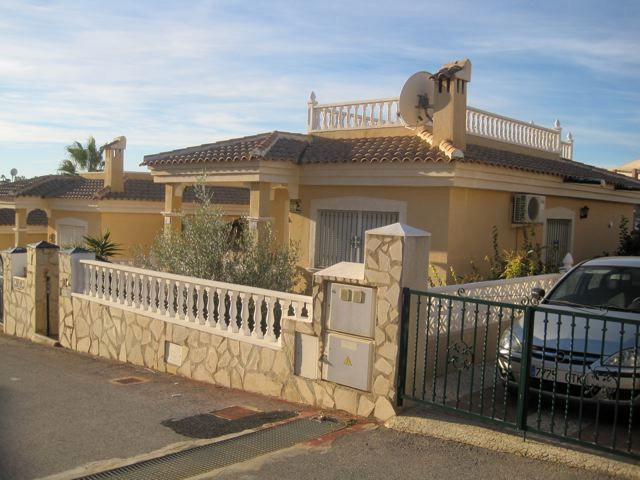 LOVELY 2 BEDROOM DETACHED VILLA IN VILLAMARTIN, ORIHUELA COSTA. This is a lovely detached property o, Spain