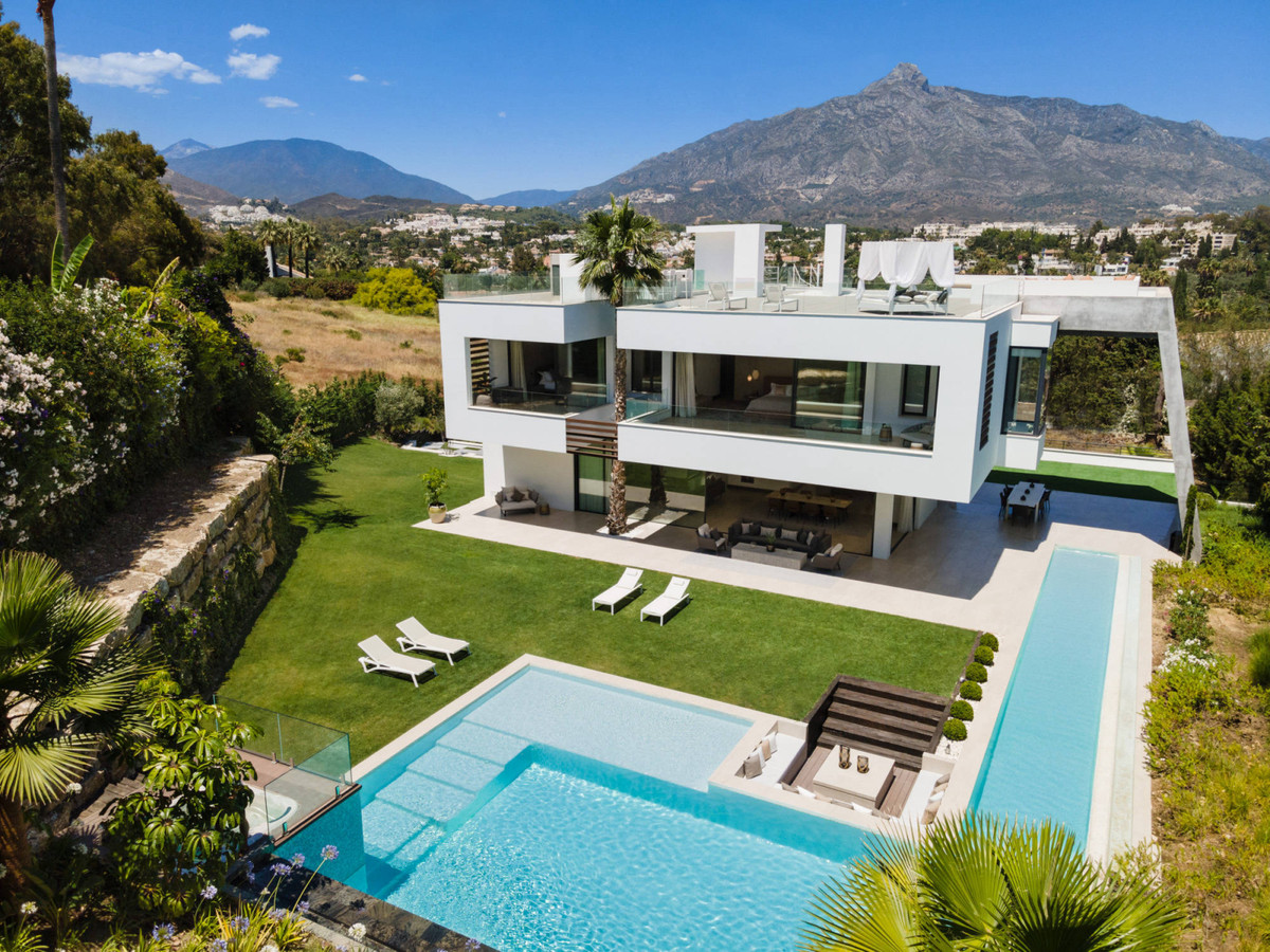 Impressive brand-new villa with an avant-garde architecture, located in the heart of Nueva Andalucia,Spain