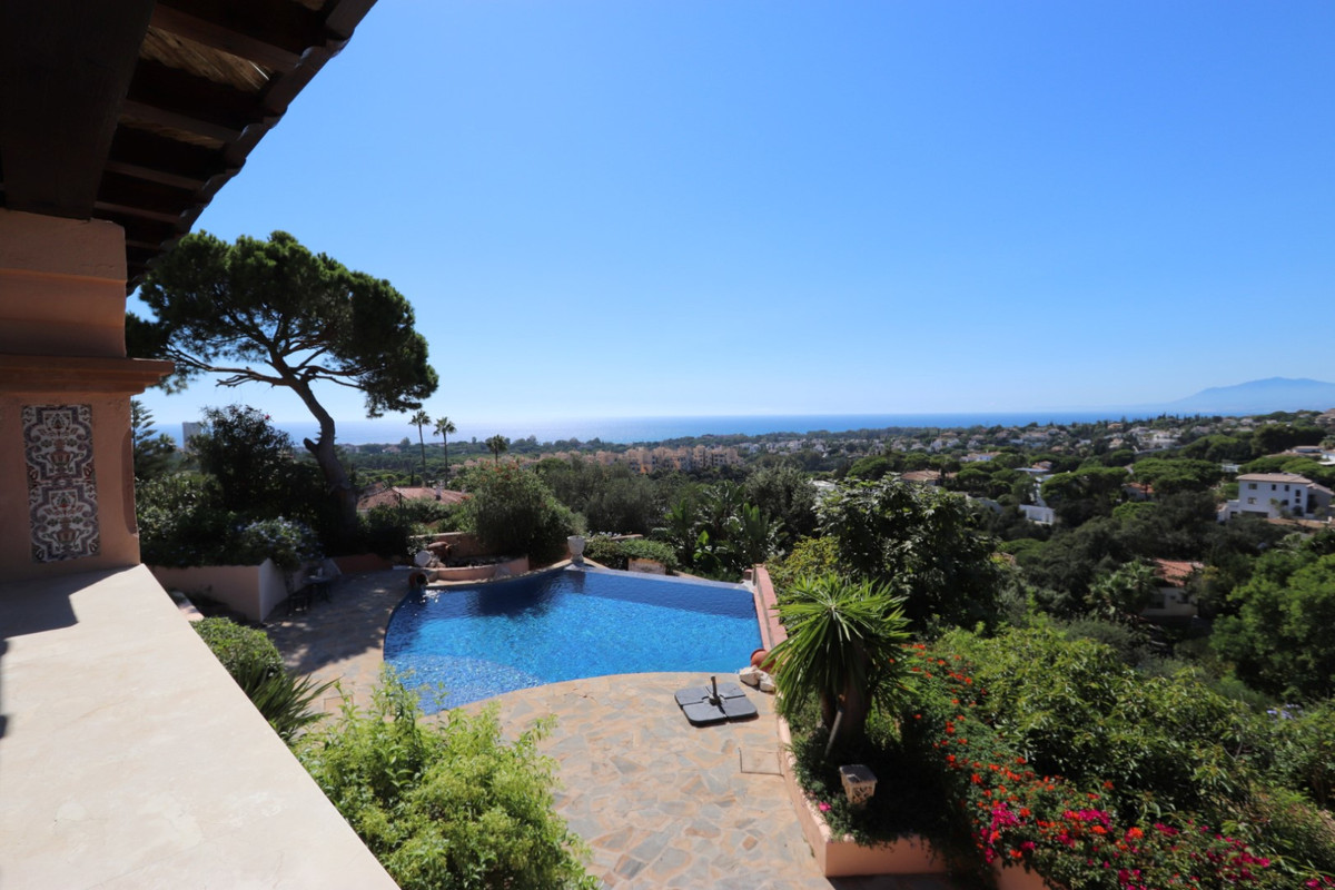 This villa located in Elviria offers stunning views of the sea. Built and finished of high standing , Spain