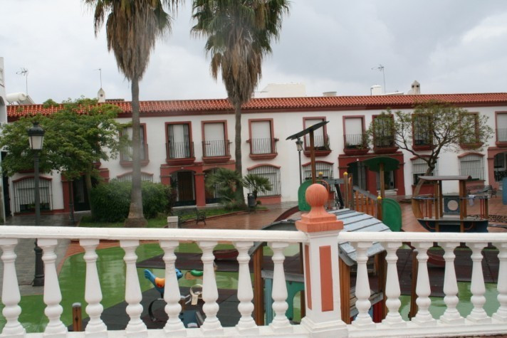 Townhouse over 3 levels. Ground floor: fully fitted kitchen, living-dining room with fireplace, hall,Spain