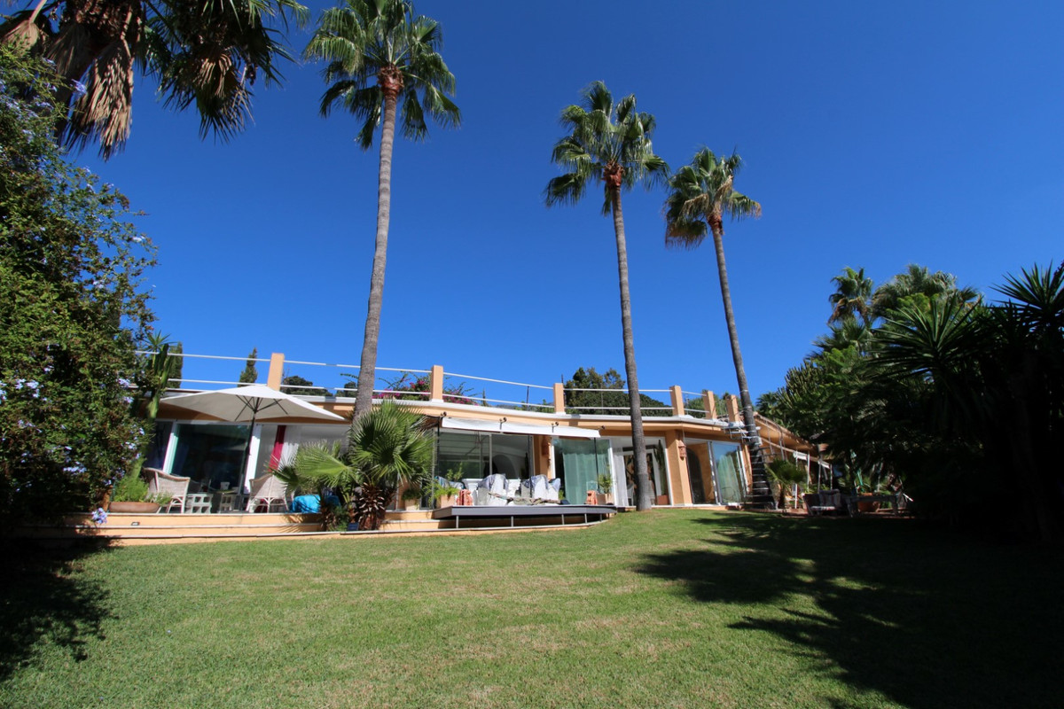 Just listed! Charming Villa built in one level, sitting on very private corner plot in prestigious r,Spain