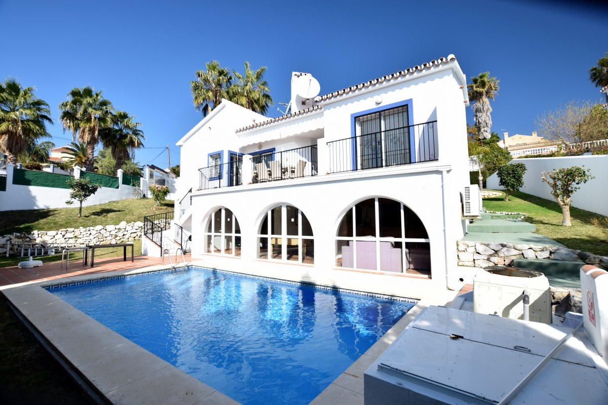 Great opportunity to acquire a beautiful 5 bedroom villa with sea views situated in a quiet urbaniza,Spain