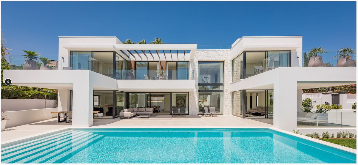 An immaculately presented villa nestled in the heart of Marbesa, just 600 metres to the beach.  Beau,Spain