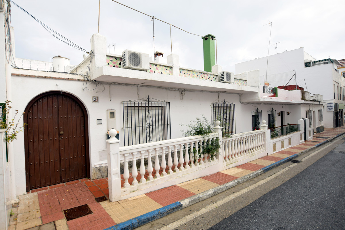 Investment opportunity in San Pedro town, next to the boulevard. The property as it stands is a thre, Spain