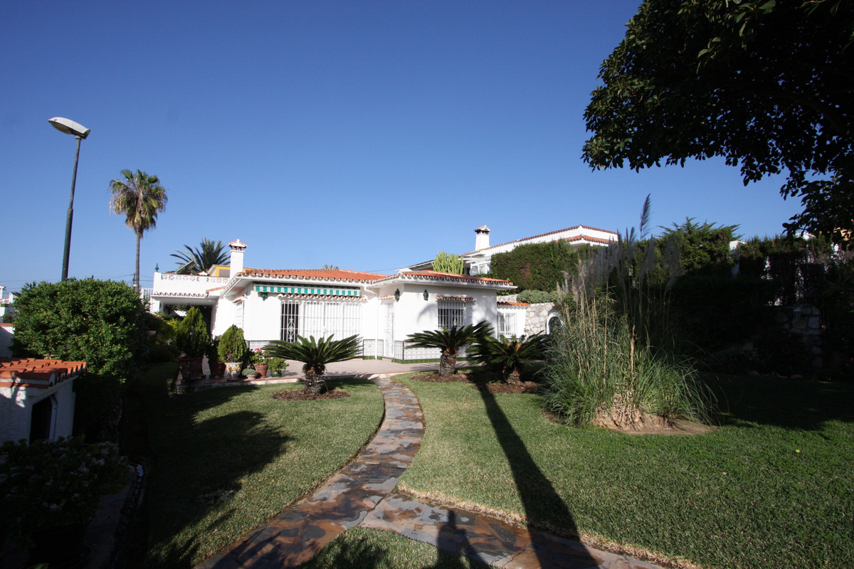 Investment opportunity, charming classic Andalusian style villa with a plot of 924 square meters and,Spain