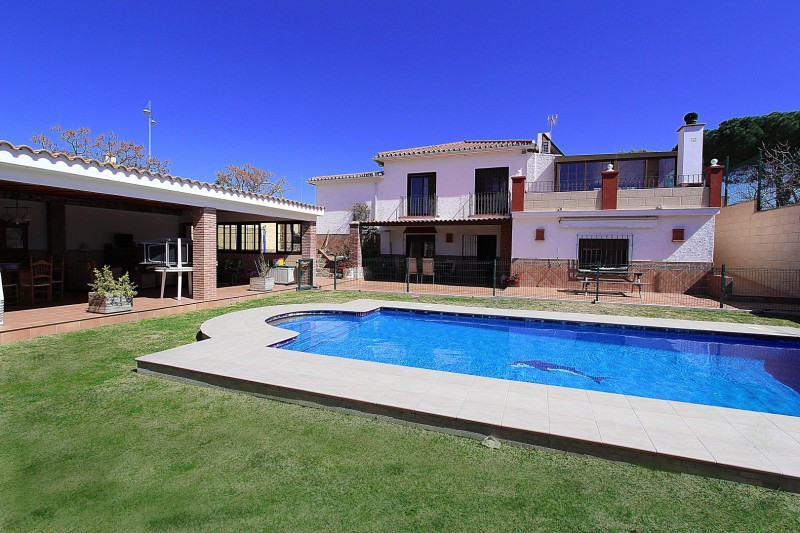 BEACH SIDE Andalusian style family home situated conveniently at walking distance both to the beach ,Spain