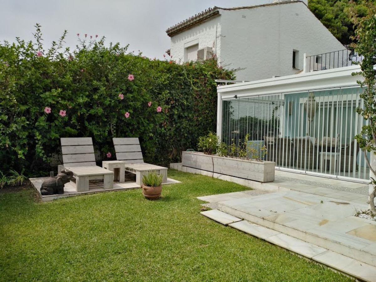 Luxury and fully renovated to a high standard, this villa has 4 bedrooms and a private garden, a few,Spain