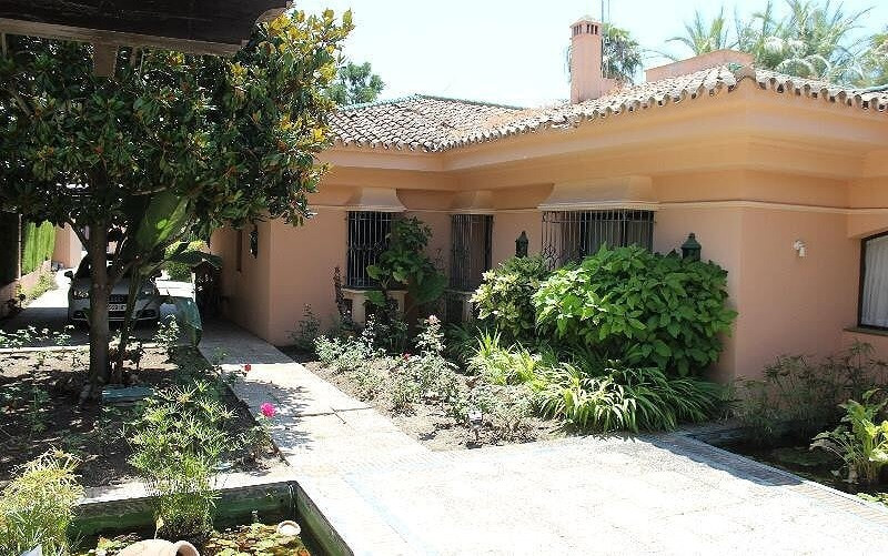 Spectacular villa located in Nueva Andalucia. This area is close to all kinds of services, 5 minutes, Spain