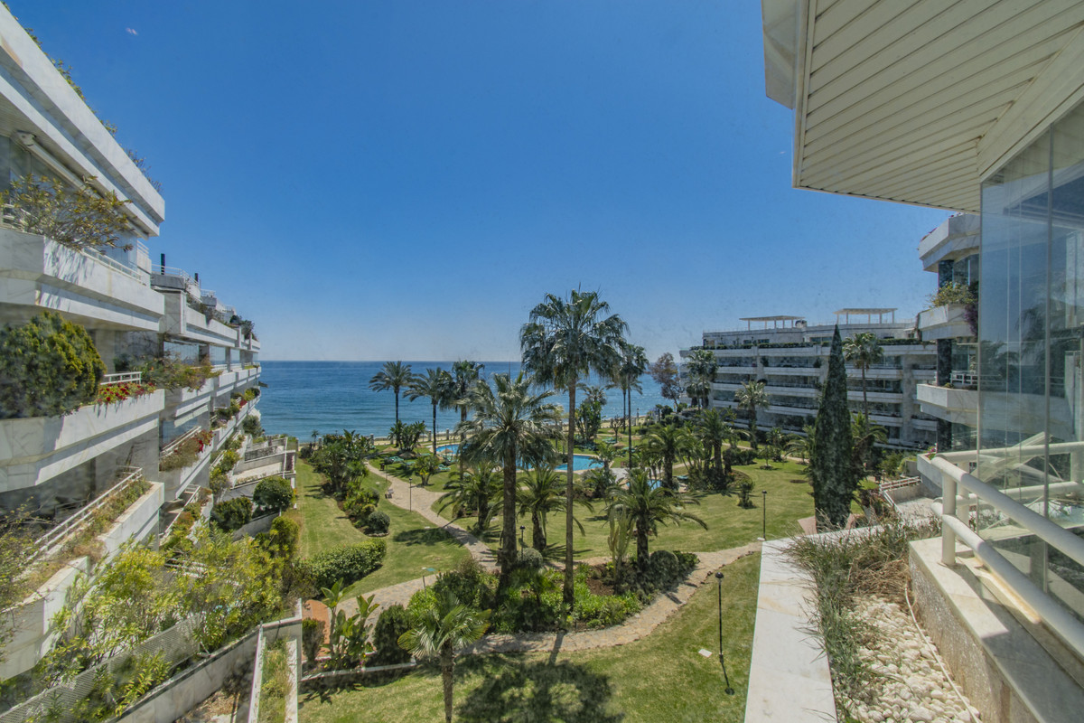 Middle Floor Apartment for sale in The Golden Mile R3827176