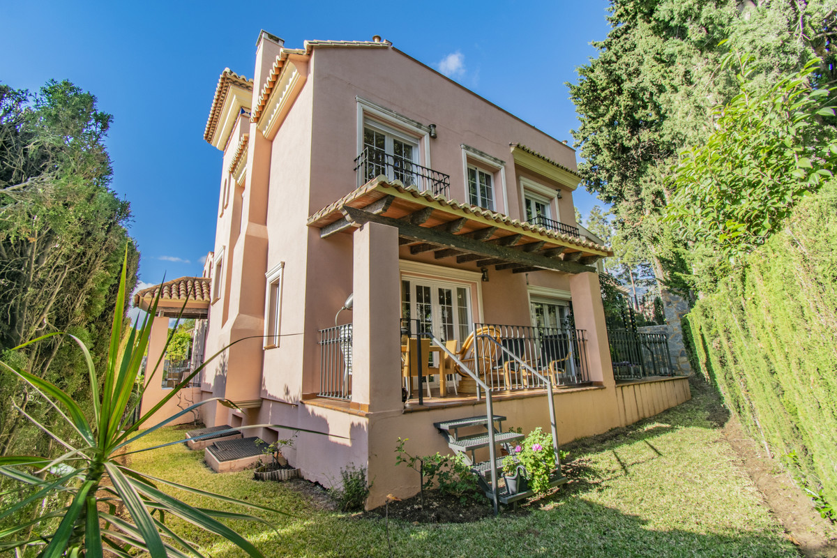 INDEPENDENT VILLA IN THE CENTER OF MARBELLA Fantastic property located next to the center of Marbell,Spain