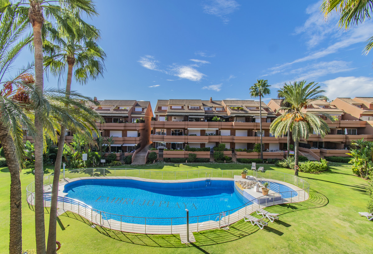 THREE BEDROOM PENTHOUSE - NEXT TO PUERTO BANUS AND THE BEACH Elegant and spacious property located i, Spain