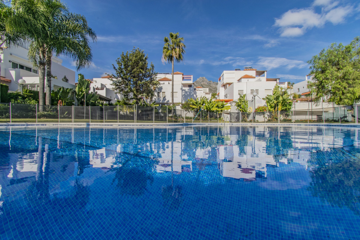 Great semi-detached house located in the area of Nagueles (Marbella), very well communicated through Spain