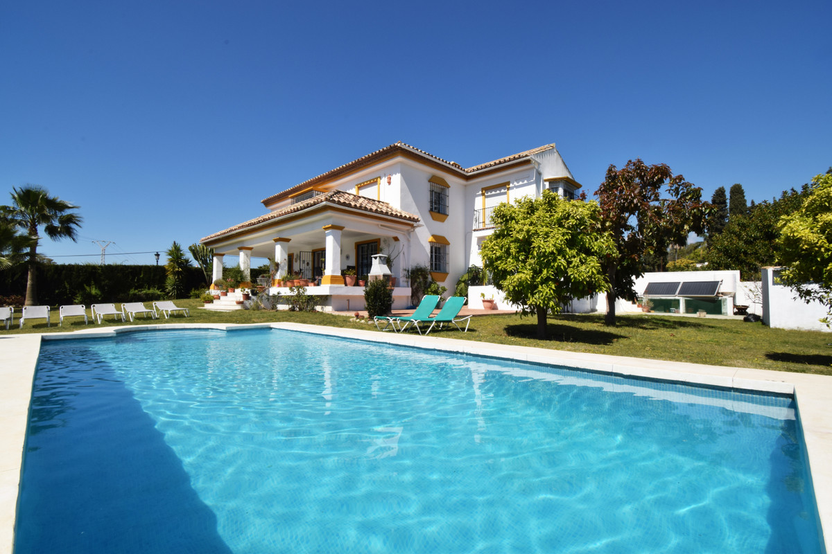 Large independent villa located in the area of Guadalmina Alta, near the golf course, shopping cente,Spain