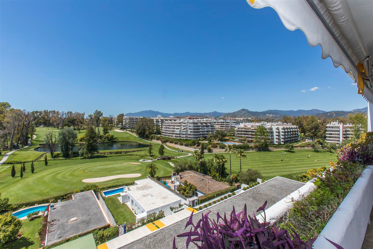 FRONTLINE GOLF PROPERTY!! Spacious property on the first line of golf, located in the area of Guadal, Spain