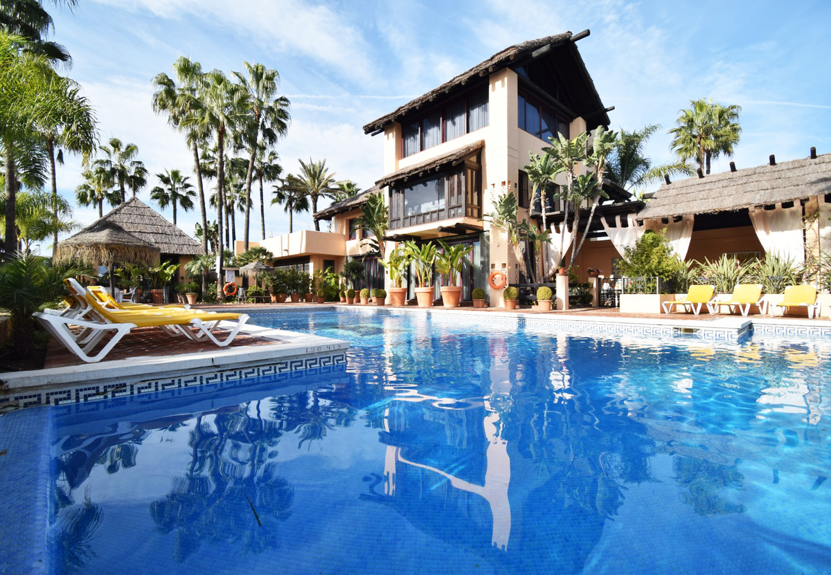 Opportunity in Nueva Andalucia, a few minutes from Puerto Banus. Large townhouse, located in the Nue,Spain