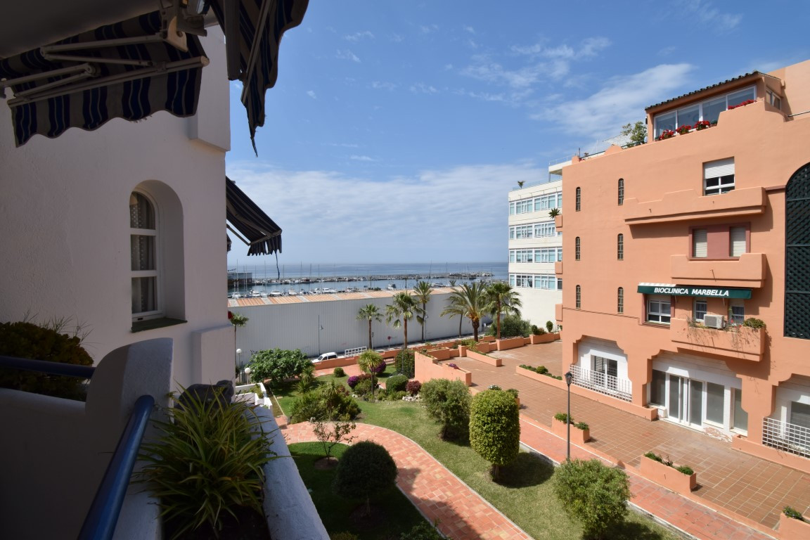 OPPORTUNITY NEXT TO THE BEACH IN MARBELLA WITH SEA VIEWS Three bedroom house next to the port of Mar,Spain