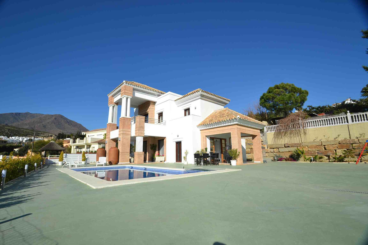 Large independent villa with views to the sea and golf located in the area of Valle Romano (Estepona, Spain