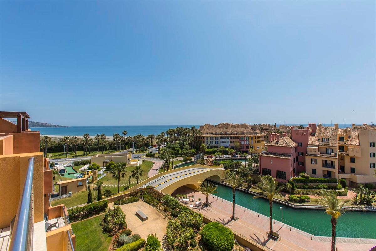 PENTHOUSE WITH AMAZING VIEWS IN THE MARINA OF SOTOGRANDE. Spectacular property, located in one of th,Spain