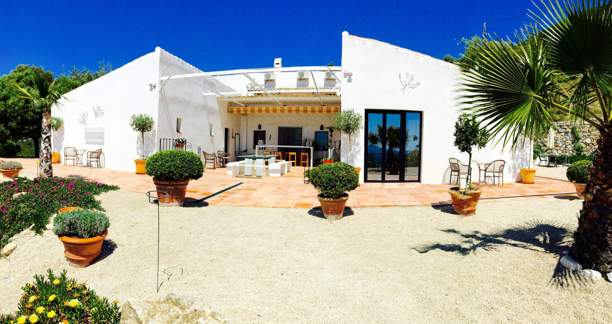 Fantastic opportunity to buy a beautiful villa in Alcaucin (Axarquia) in a very private and quiet ar,Spain
