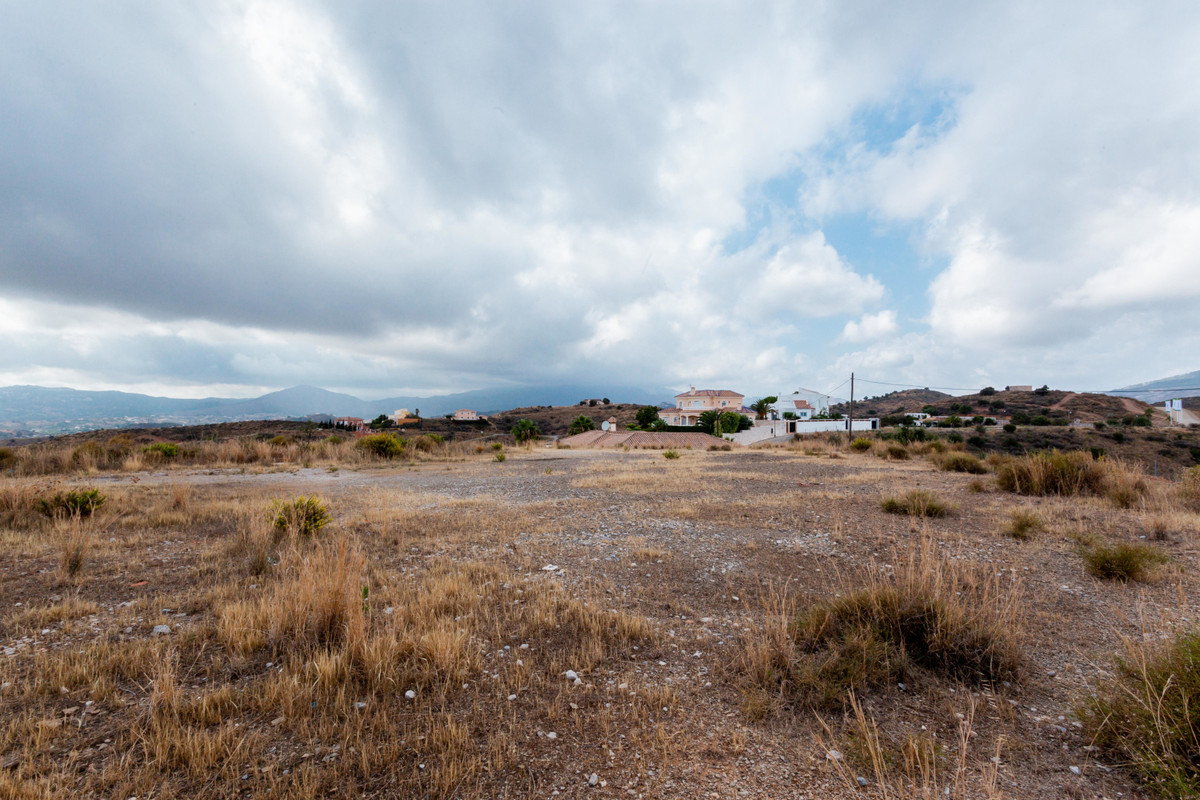 Fantastic plot with 847m² located at the higher part of Mijas Golf. This plot has beautiful views of, Spain