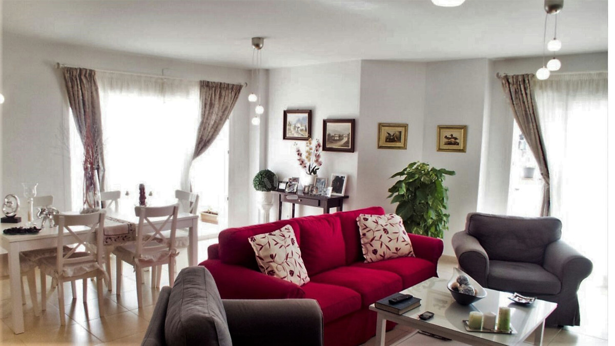 Middle Floor Apartment, Nueva Andalucia, Costa del Sol. 4 Bedrooms, 2 Bathrooms, Built 150 m², Terra, Spain