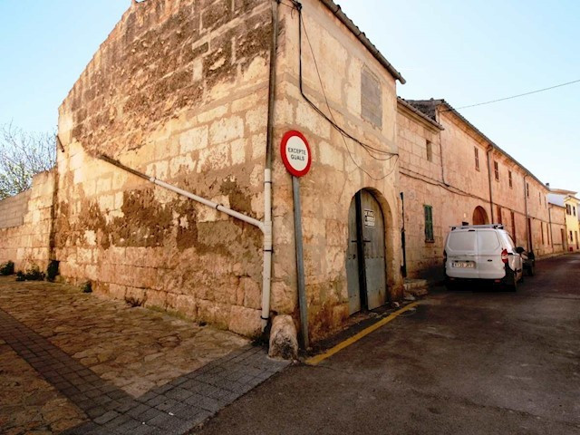 Village house of 134 m2 with a 40m2 garage to reform on the north side of the town of Muro. The hous,Spain