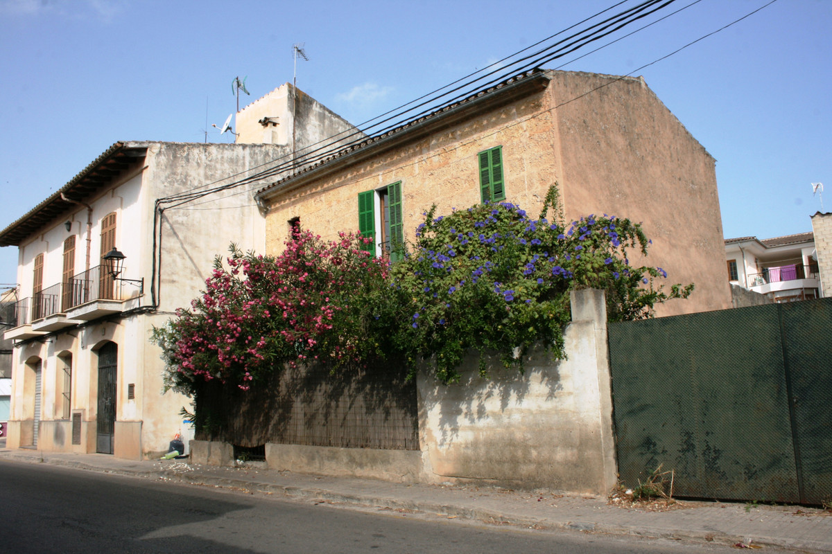 Village house in Llubi to reform, 180m2 of construction. On the ground floor there is an entrance wi,Spain