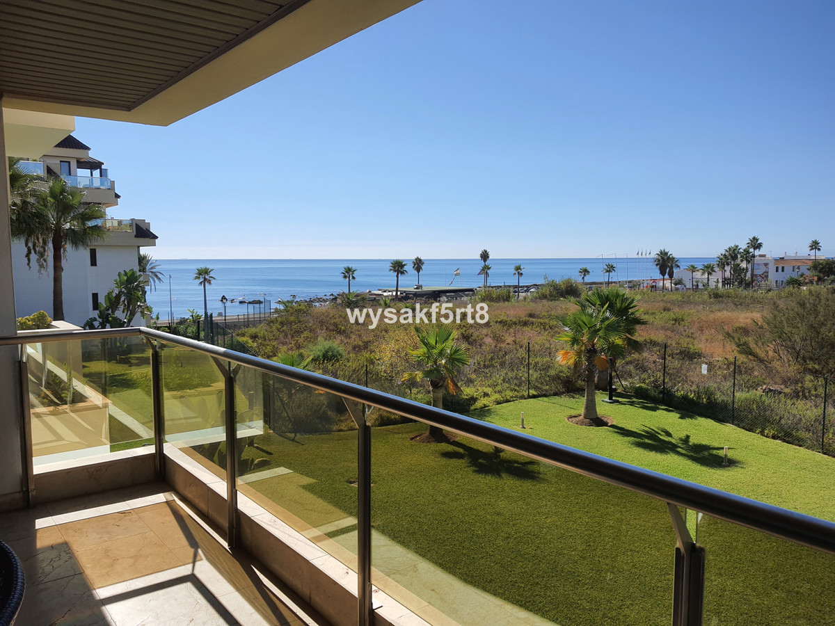 A very well-located apartment close to the Duquesa port with stunning views to the beach. Situated i,Spain
