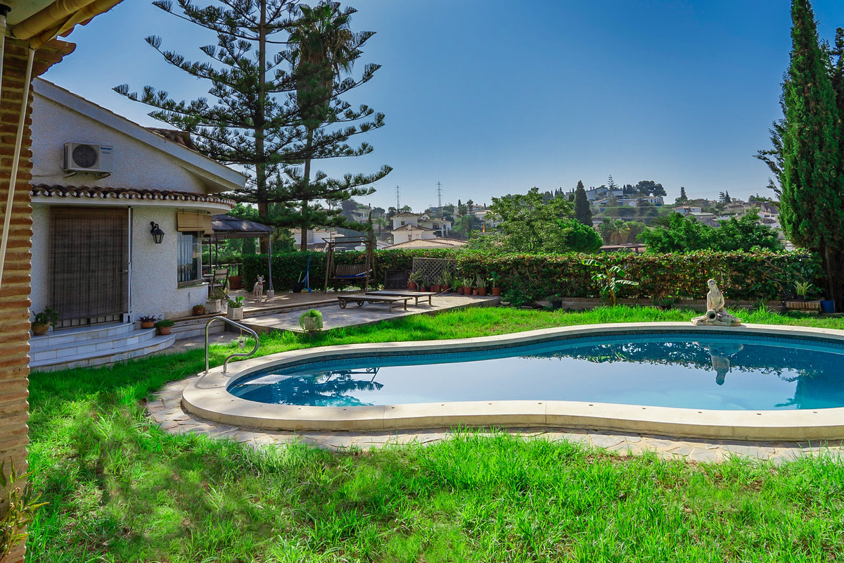 This is a beautiful and stunning detached house with pool and private garden in the Miraflores del P,Spain