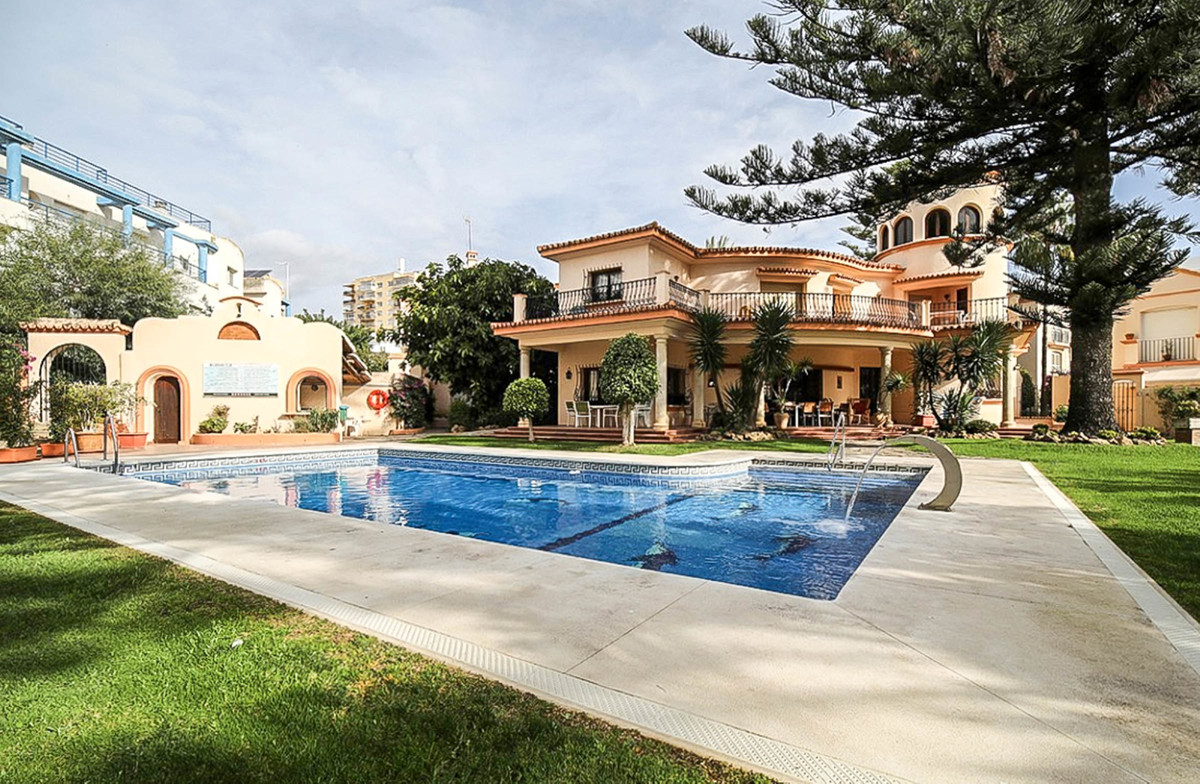 GREAT OPPORTUNITY!! HOUSE IN FIRST LINE WITH VIEWS TO THE SEA AND THE PORT OF ESTEPONA IN THE PRESTI, Spain