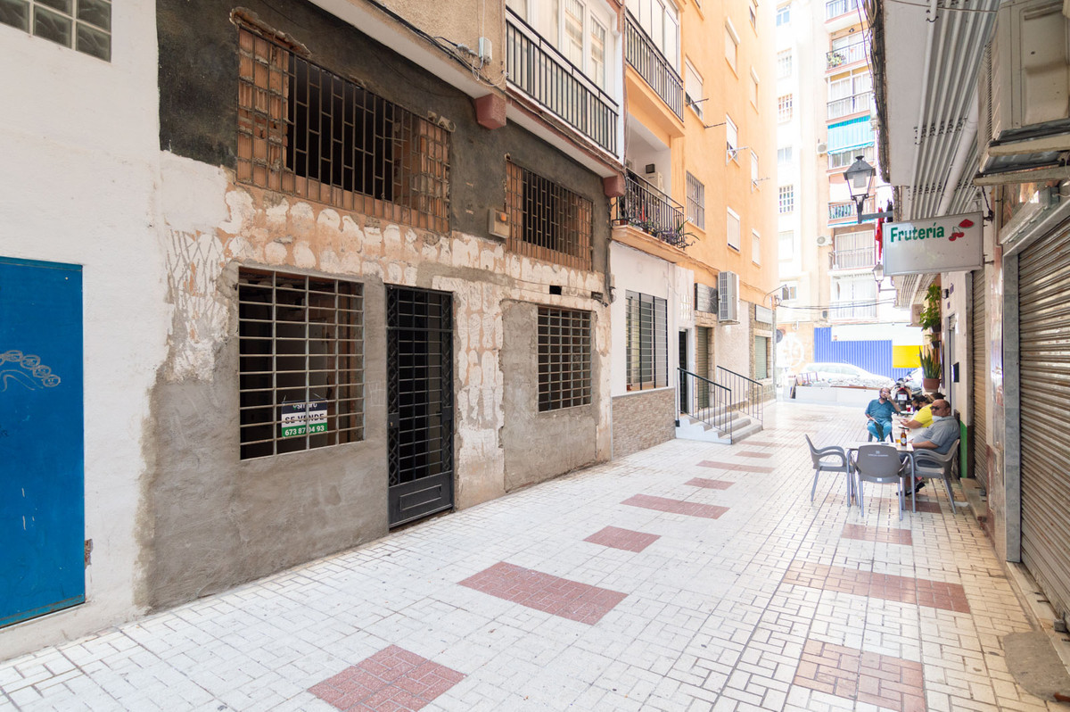 STUDY IN MALAGA!  Studio house for sale located on the ground floor of the La Fuente building on Cal,Spain