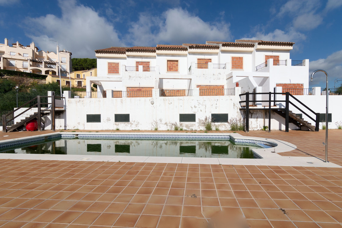 Great bank replenishment opportunity!!.  Sale of 3 townhouses on a separate plot with sea views in L, Spain