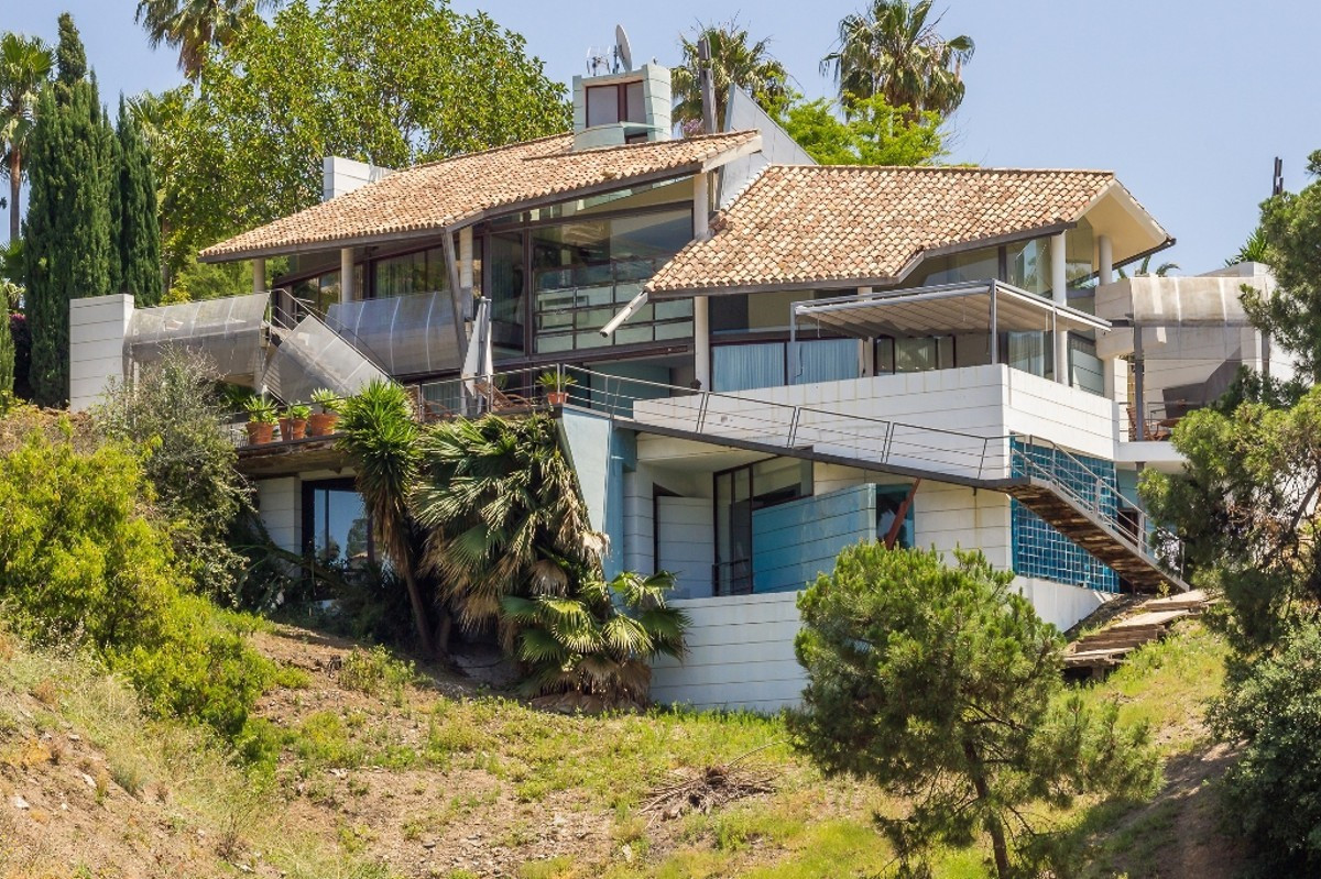 One-of-a-kind, three bedroom south west facing villa in La Quinta, an excellent urbanization set jus,Spain