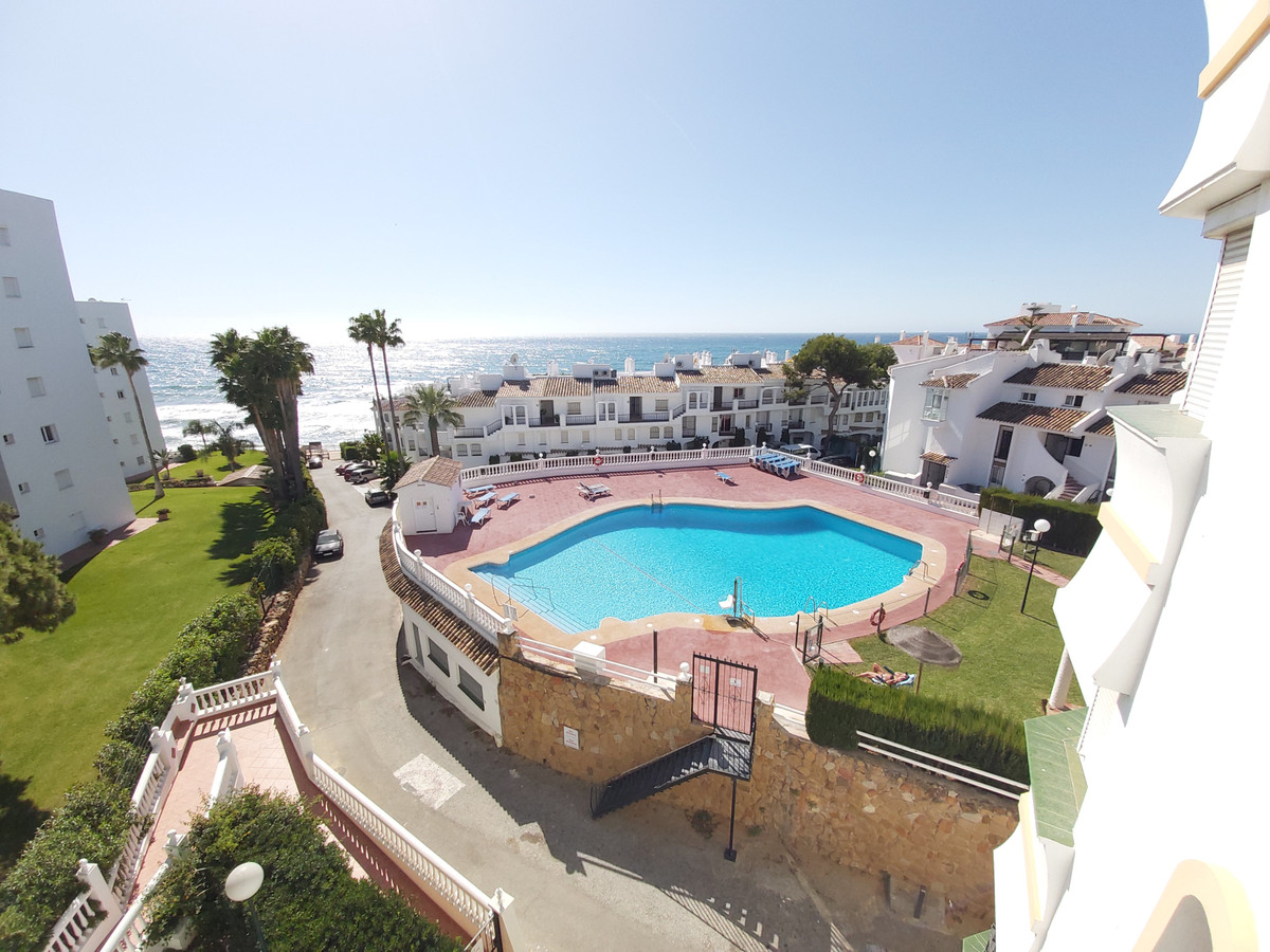 WE SALE sunny apartment in Calahonda with views of the sea and the mountains, with almost direct acc, Spain