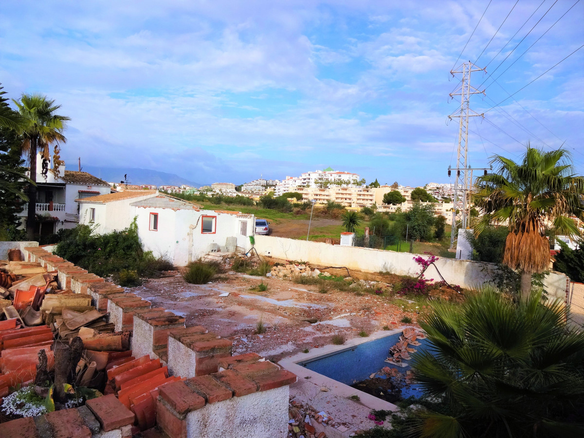 Wonderful plot near the beach in urbanization with villas, is located in Calahonda. Flat completely,, Spain