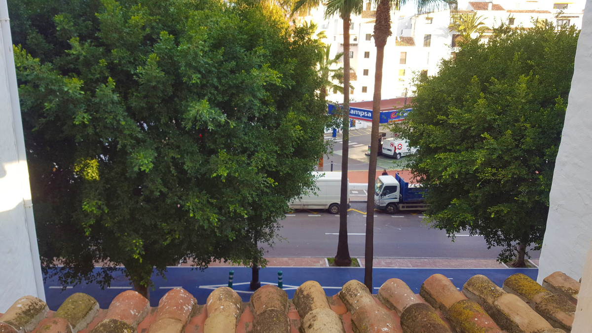 Apartment with lots of potential, the state is the original Puerto Banus, this apartment needs a ref, Spain
