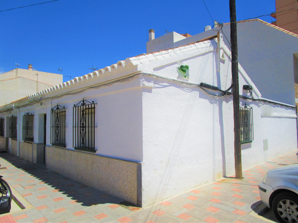 Plot with house kills located just 50 meters from the beach. All on one floor. Distributed internall,Spain