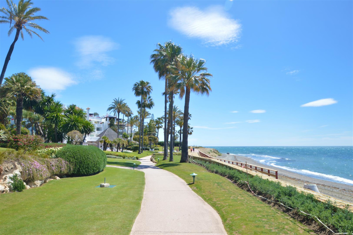 Would you like to live in front line beach? Situated on the sea front, with a stretch of beach of ov,Spain