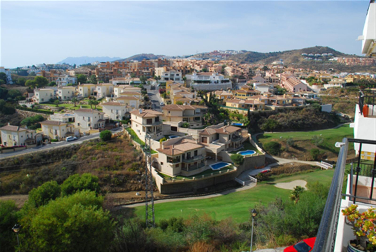 Situated in the very popular area of Riviera del sol is this well positioned apartment.   The proper,Spain