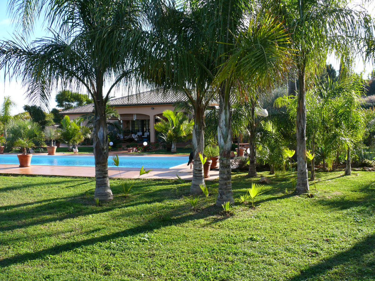 Wonderful rustic property for sale located very close to the town of Alhaurin de la Torre. The inter,Spain