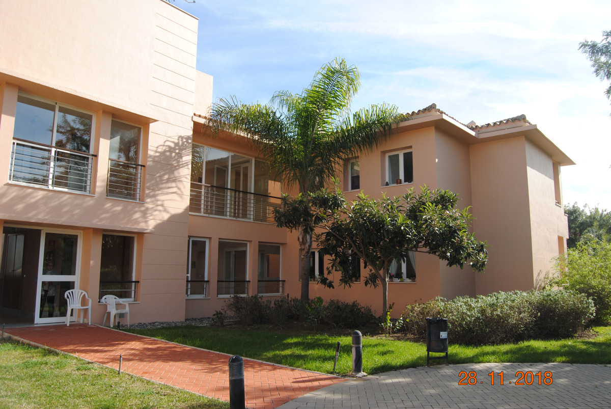 Luxurious apartment located in a luxury complex with large gardens, lake, tennis / paddle courts, sw,Spain