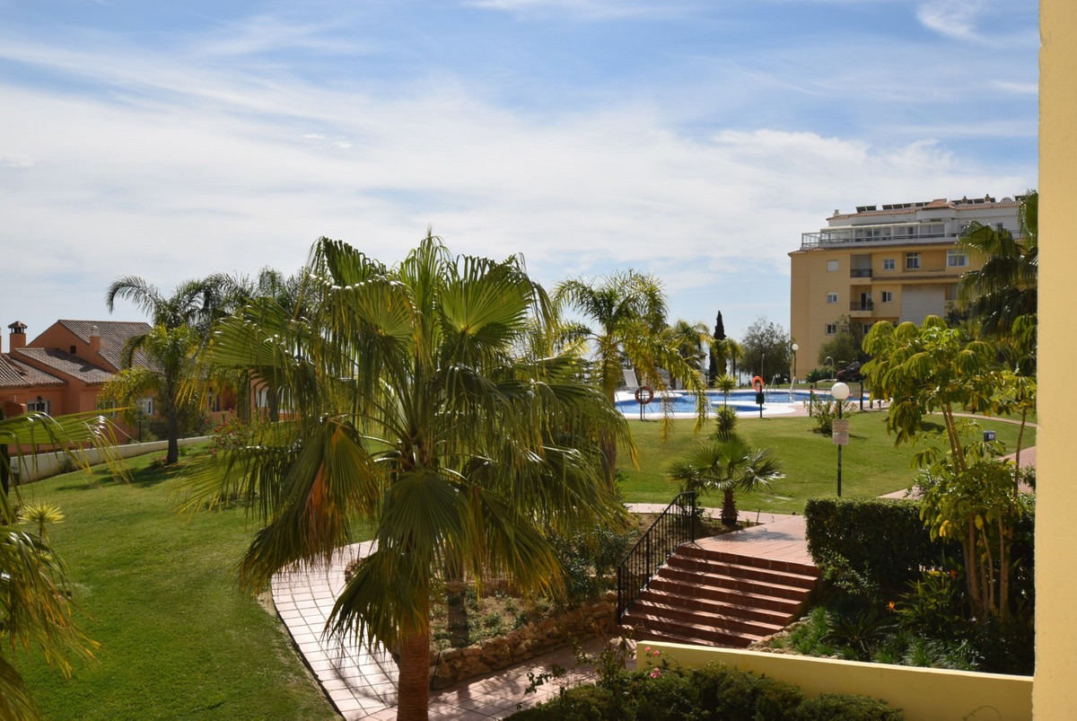 Presented in immaculate condition you will find this apartment in the popular complex of Jardin Bota, Spain