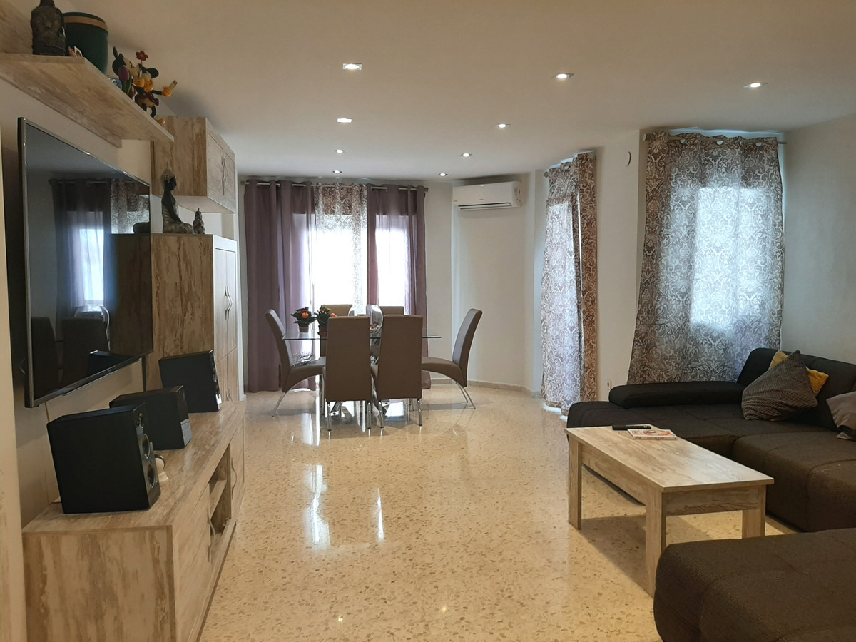 Large flat of 114m2 with 3 bedrooms and 2 bathrooms.   Located in a central area of Estepona with al,Spain