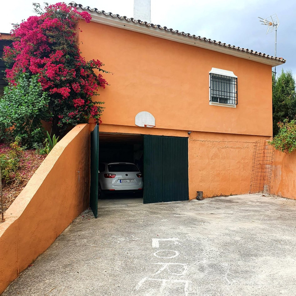 A typical Spanish finca set in a beautiful country location on a good road with easy access to Marbe,Spain